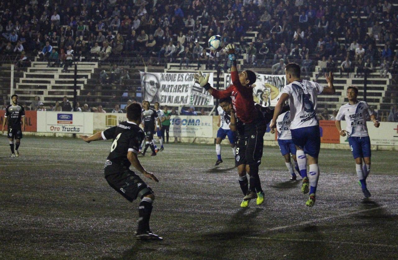 Con el tiro del final, Alvarado ganó por primera vez en la casa de Cipolletti